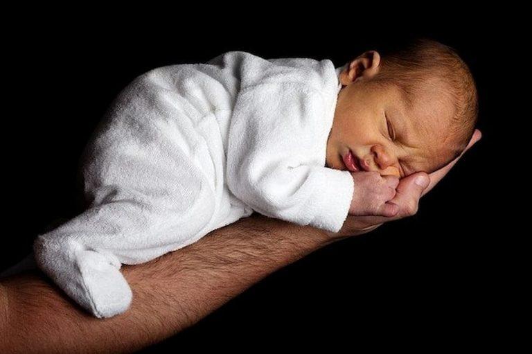 Bebê agasalhado dormindo
